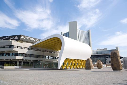 Austria-Center-Vienna-bei-Tag